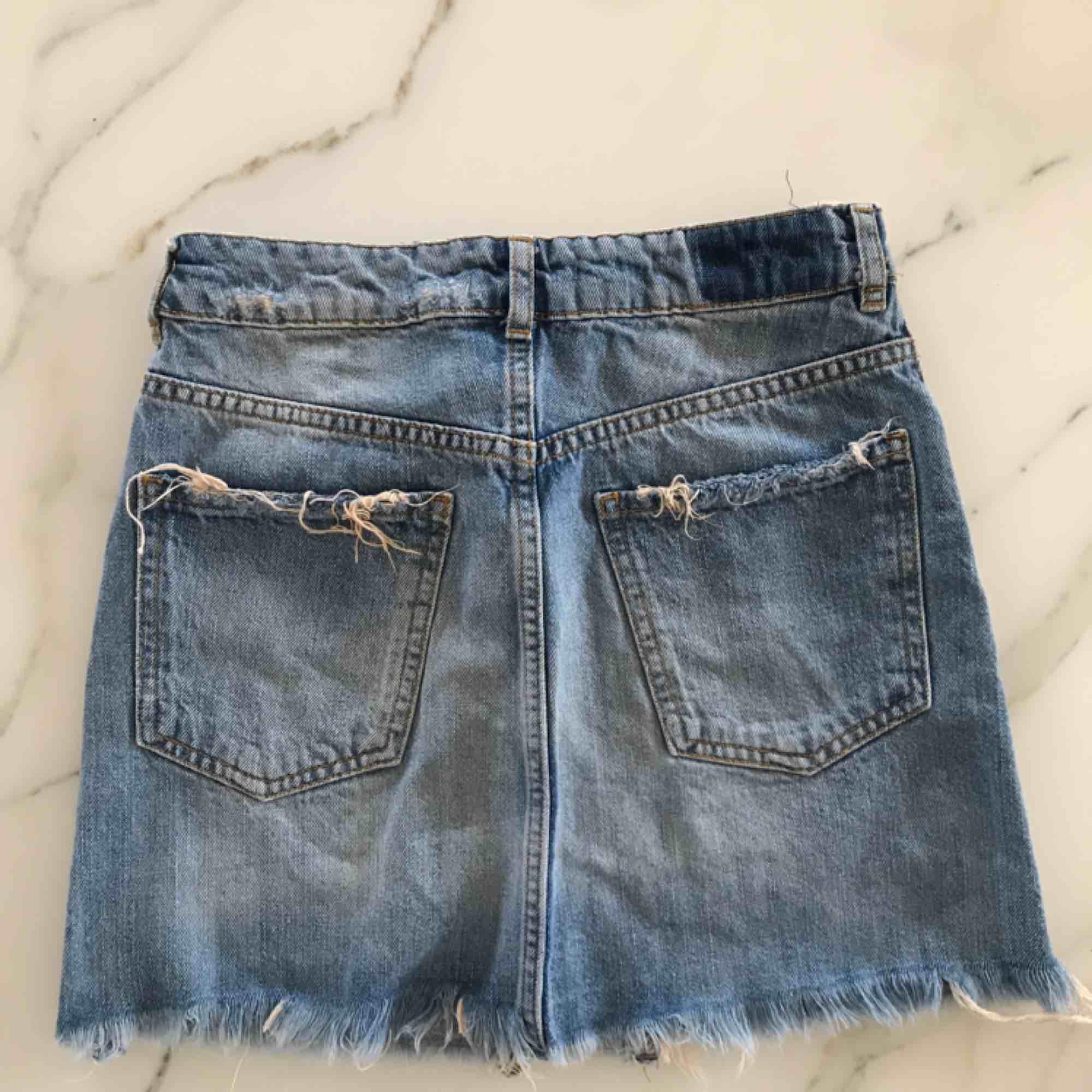 Säljer min absoluta favorit jeanskjol från ginatricot då den tyvärr blivit an aning för liten för mig😢den perfekta jeansblåa färgen med lite slitningar vid fickorna. Fraktar men köparen står för fraktkostnad🥰. Kjolar.