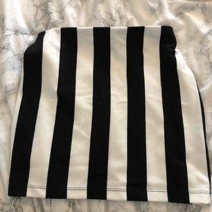 En fin tub kjol från Cubus. Tror det hade blivit sjukt snyggt och styla denna bra liksom !! Köparen står för frakten !!