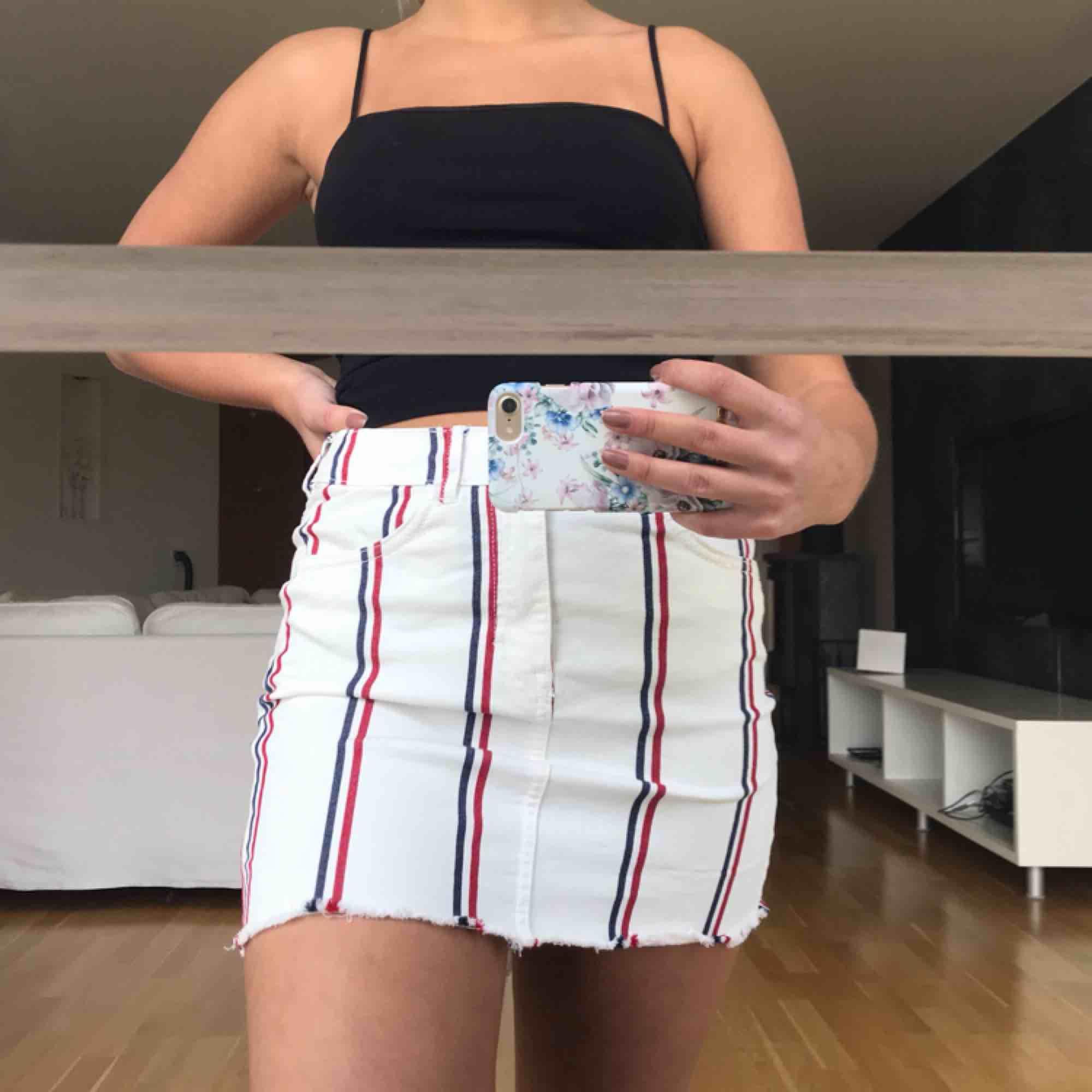 Randig vit jeanskjol från berskha. Sitter hur bra som helst och är superskön!😊fraktar men köparen står för fraktkostnad . Kjolar.