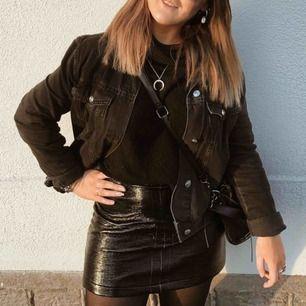 Svart oversized jeansjacka i storlek L, på mig som är M/S så sitter den väldigt snyggt oversized och perfekt till alla outfits!! Inga slitningar, hål eller så💕