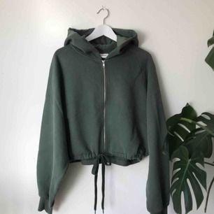 Helt ny zip hoodie från Weekday, stolek small men ganska oversized. kan mötas på söder annars kostar frakt 50 kr