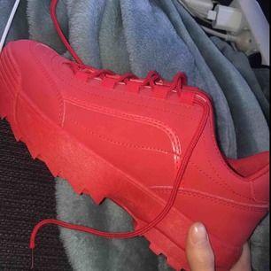 Röda sneakers i strl 39, aldrig använda. Köparen står för frakt