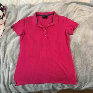 Piké T-shirt från Peak Performance strl M i nyskick då den är väldigt sparsamt använd. Säljes pga för liten.