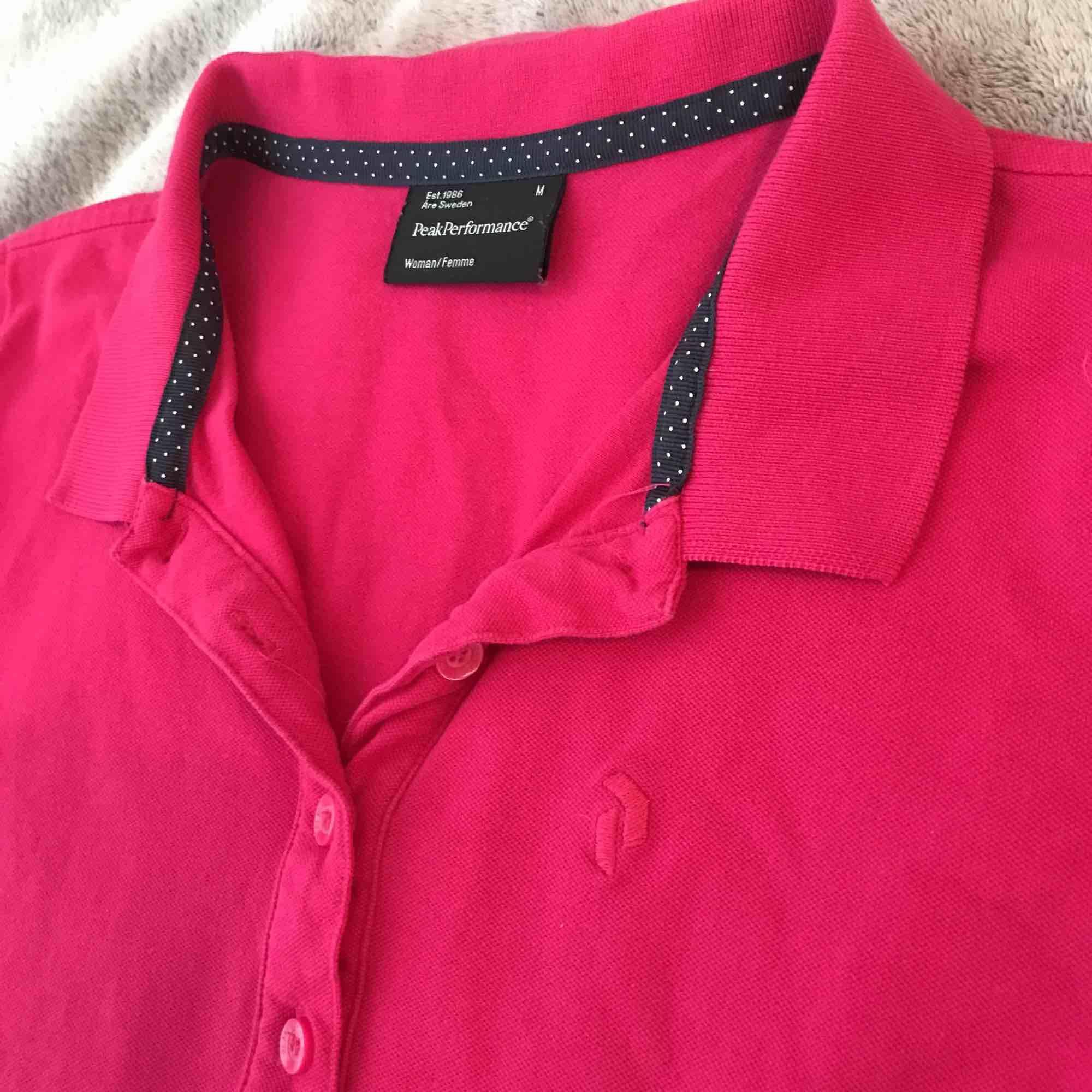 Piké T-shirt från Peak Performance strl M i nyskick då den är väldigt sparsamt använd. Säljes pga för liten. . T-shirts.