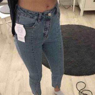 Ett par jätte fina blåa jeans från NA-KD.Hel nya och lappen sitter kvar! Nypris:249❣️