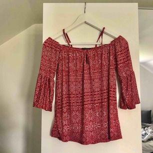 Super fin röd och vit mönstrad blus. Köpare står för frakt!😊