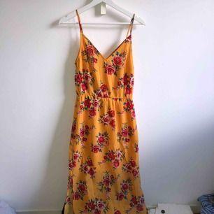 Långklänning från h&m använd 2 gånger! Jätte bra kvalité och super fin färg nu till sommaren🌺