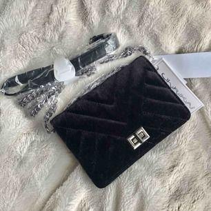 Helt ny svart sammetsväska med grå kedja. En lite mindre väska, aldrig använd! Köpare står för frakt!😊