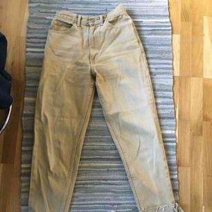beige momfit jeans i nyskick köpta på humana. ptis kan diskuteras vid en snabb affär