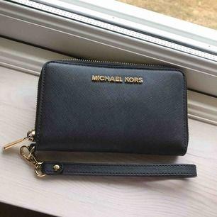 Äkta Michael Kors Jet set travel plånbok, köpt i Stockholm, kvitto medföljer vid köp, färg: svart  Köparen står för frakt 🌟