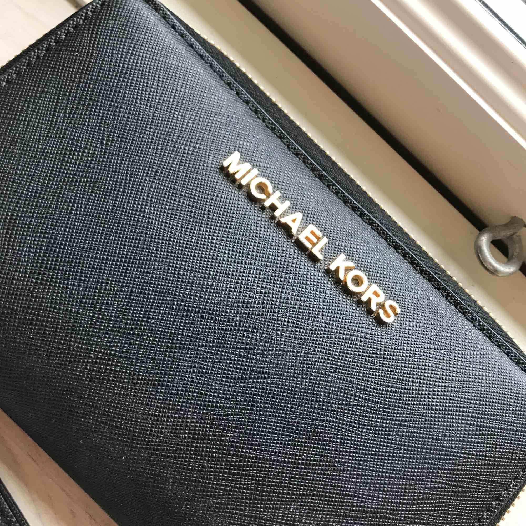 Äkta Michael Kors Jet set travel plånbok, köpt i Stockholm, kvitto medföljer vid köp, färg: svart  Köparen står för frakt 🌟. Väskor.
