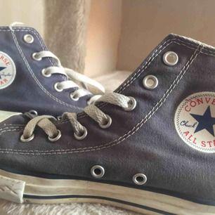 Mörkblå/ grå Converse skor i storlek 35. Är givetvis äkta! Något använda och liiiite smutsiga, men inget som inte går bort. Väldigt förvarade, inga defekter osv. Köpta för mer än 600 kr.