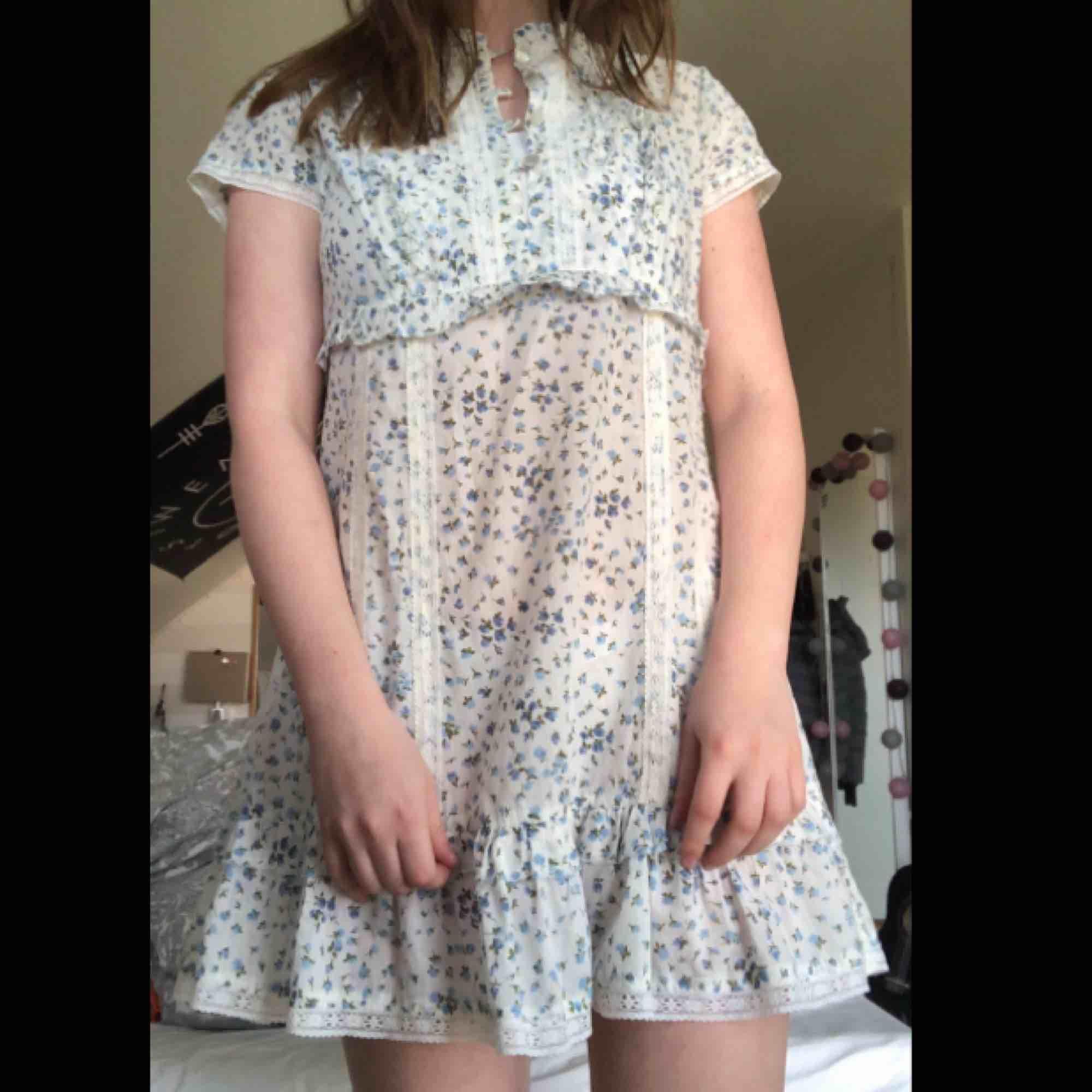 Sötaste klänningen ifrån Ellos med små blåa blommor. Kragen kan vikas på två olika sätt (se bild 3). Står att det är en 40 men den sitter perfekt på mig som är en S/XS. Den är hyfsat kort och slutar mitt på låret på mig som är 166! Frakt: 25kr. Klänningar.