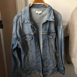 Oversized jeansjacka från H&M! Använd fåtal gånger