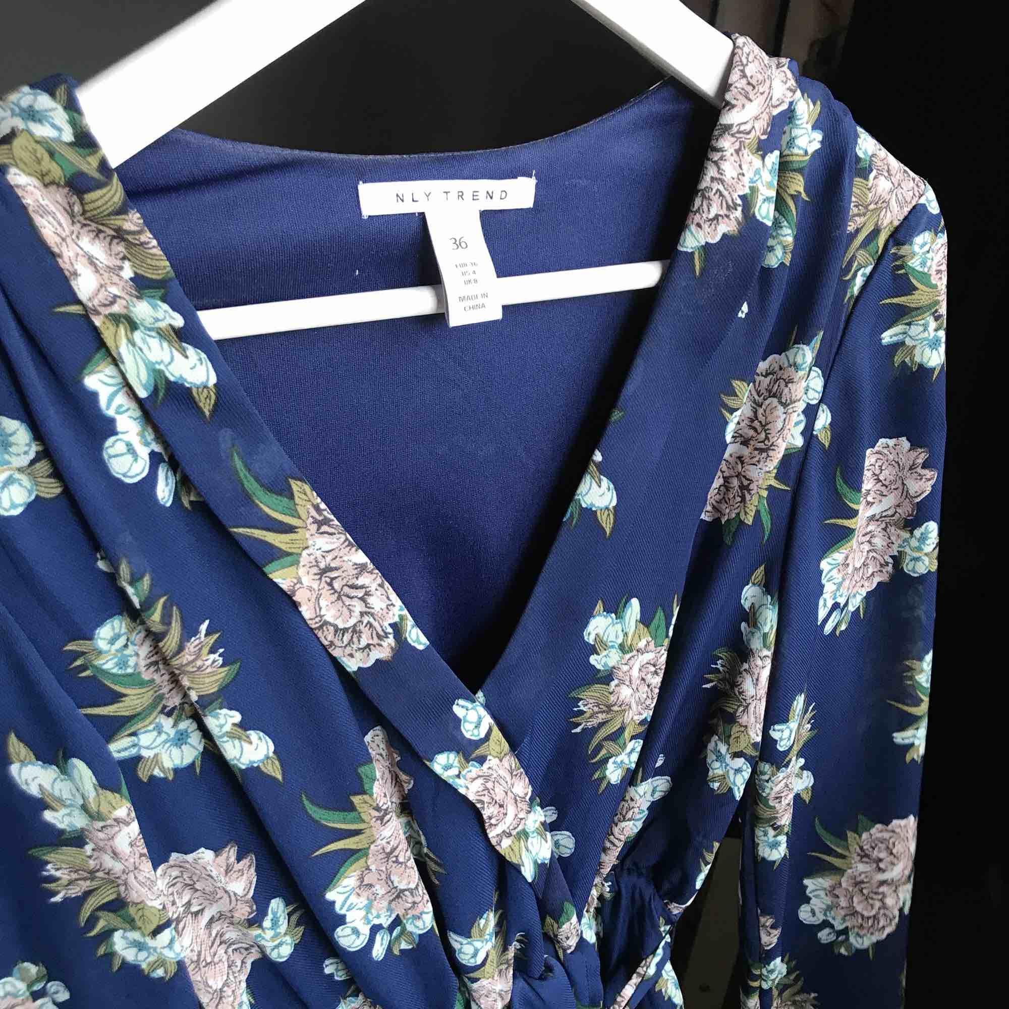 Klänning från Nelly, använd två gånger  Perfekt till sommaren eller skolavslutning  Köparen står för frakt🌸. Klänningar.