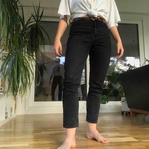 Svarta washed jeans från Monki. Riktigt jeanstyg, alltså väldigt styvt. De är dock välanvända och därför mjuka och bekväma. Möter upp i Stockholm, annars betalar köparen frakt.