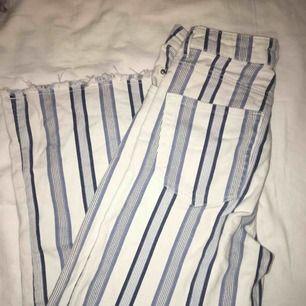 Blåvit randiga culotte jeans från H&M, för 100kr. Köpta för 500kr. Använda några gånger.