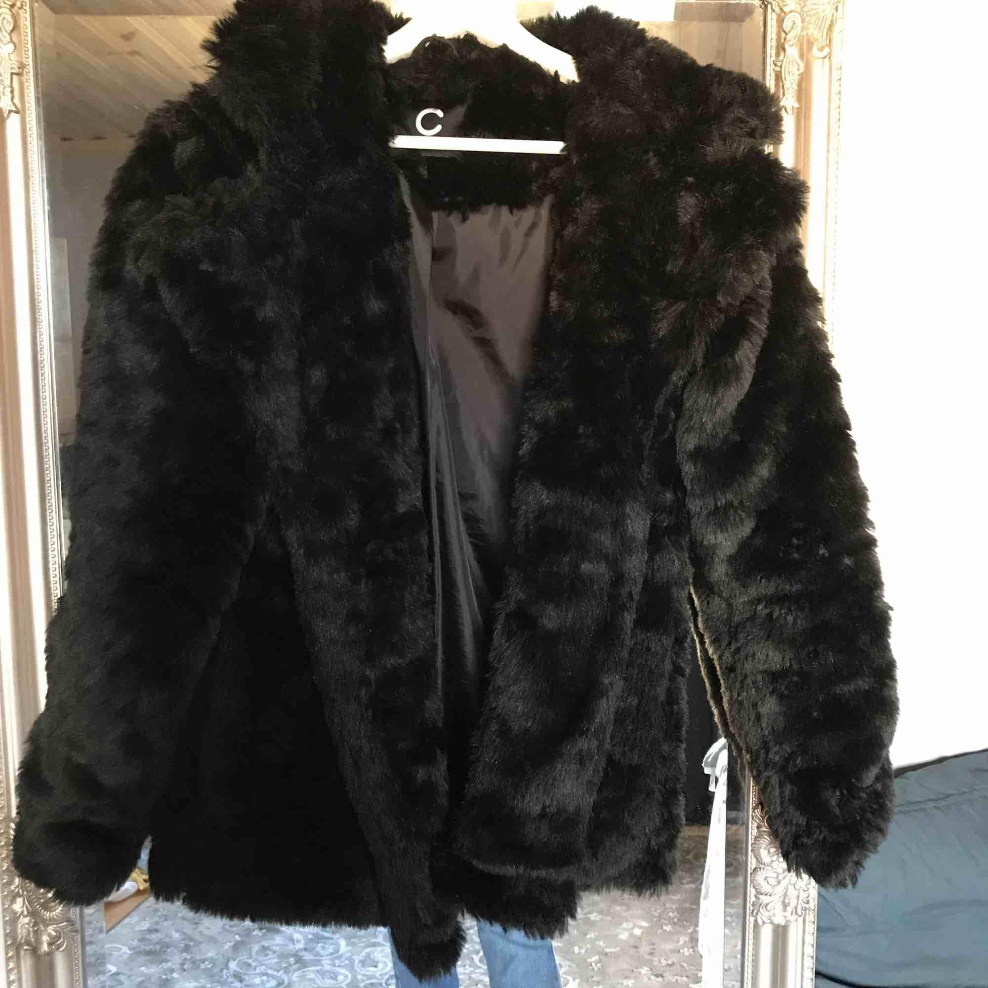 Svart pälsjacka från Cubus, använd fåtal gånger originalpris 600 Köparen står för frakt 🌟. Jackor.