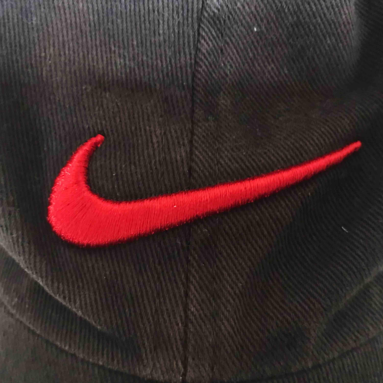 Cool Nikekeps köpt på secondhand. Lite ragged-stil. Frakt tillkommer 🌹. Accessoarer.