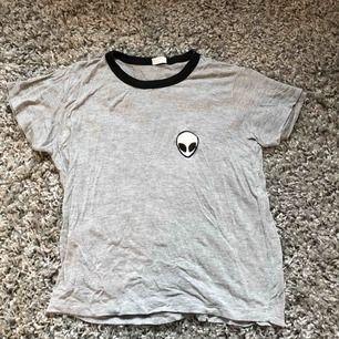 Alien t-shirt i jätteskönt material! Står ingen lapp i men tror jag har köpt den på Brandy Melville. Är one size men den är väldigt stretching så passar nog dom flesta😇 Kan mötas upp i Umeå. Annars står köpare för frakten