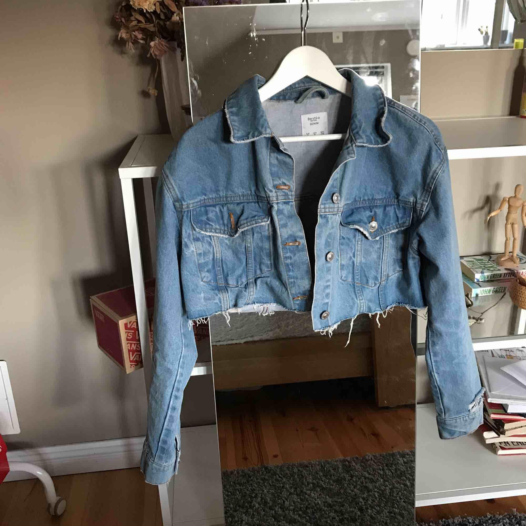 6d83ca16 Sparsamt använd jeansjacka som köptes avklippt på Bershka i London! Väldigt  fin nu till våren ...