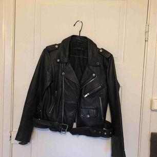 Såå snygg fakeläderjacka med en något oversize modell. Knappt använd och i storlek S från Zara 👍🏻👍🏻
