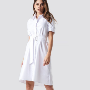 Supersnygg skjort-klänning med bälte i midjan. Aldrig använd och lappen kvar!! Köpt på NAKD för 300kr. Köparen står för frakt.