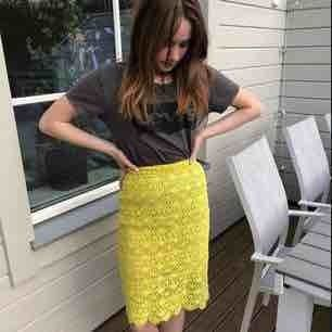 """Säljer min älskade neon gula kjol med """"blom"""" mönster ish på. Lite sliten på """"topparna"""" längst ner men märks inte så mycket ( kontakta om ni vill ha närmare bild ) Finns en beige underkjol också. Frakt  tillkommer, tar bara emot swish 🔆"""