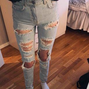 Skitballa håliga Jeans från Bik Bok🤩 Aldrig blivit använda pågrund av att de inte riktigt är min stil. Är i Nyskick.  Nypris: 600kr 😇 Möts upp i Umeå. Annats står köpare för frakt