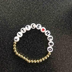 Gör armband i silver/svart och vit där du själv kan välja design. Namn eller budskap. Tänk på att bokstäverna å, ä och ö inte finns. Ett armband kostar 30kr, 9kr frakt.