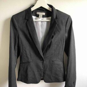 Figursydd kavaj/kostym/blazer från h&m. aldrig använd. jätte bra kvalite🥰