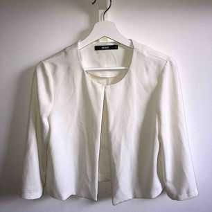 """Vit """"blazer"""" från ginatricot i storlek S, i fint skick och lätt att klä upp snyggt! Kan knäppas upp längst upp, var ihop-knäppt på bilden🥰"""