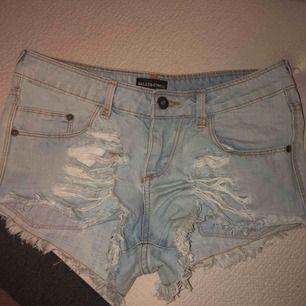 Ljusblåa slitna jeansshorts som tyvärr är för små. Använd några fåtal gånger! Kontakta mig angående andra frågor🥰 Frakt ingår i priset!🎉 Betalsätt: swish