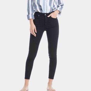 Säljer ett par högmidjade ankle jeans från bikbok. Kort modell så dne passar perfekt på korta tjejer som mig. Knappast använd och köpt för 599.