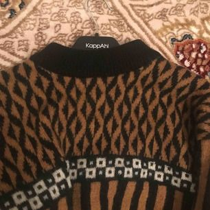 Fin stickad tröja köpt vintage. Lite stickig men är annars i super skick. Påminner om 70-90s stilen. Träffas upp i Karlskrona & Kristianstad. Alt frakt, som köparen betalar. 🥰