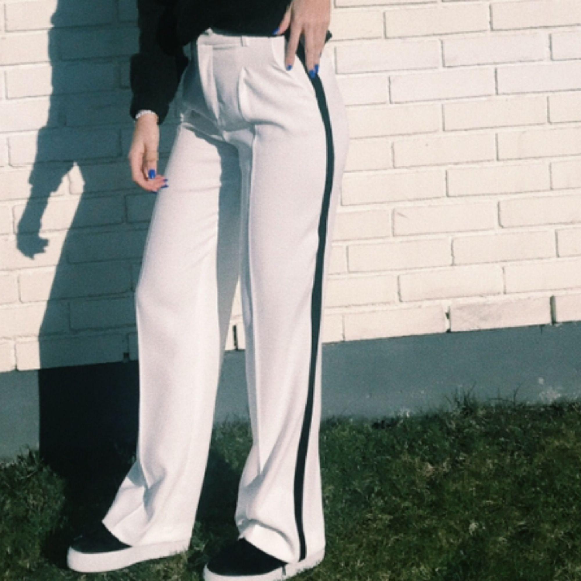 Byxorna passar mer för dom som har storlek S eller M. Jeans & Byxor.
