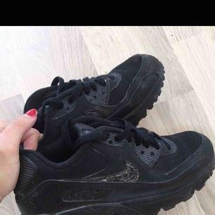 🌸INGA BYTEN KÖPT ÄR KÖPT 🌸Nike Air Max svarta, i bra skick! Passar dig som är ofta 38 då dessa skor töjs ut, alltså formar till din fot. Hoppas du förstår! Frakten står du för och kan mötas inom sthlm.