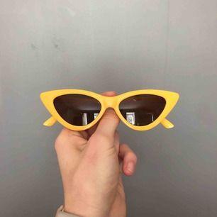 """Helt oanvända gula """"katt"""" solglasögon. Från Gina tricot"""