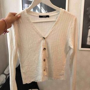 Vit långärmad mjuk tröja med knappar! 115kr med frakt