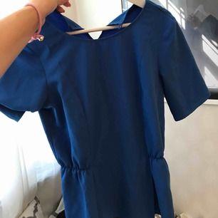 Klarblå blus som går in lite i midjan! Vart den är köpt kommer jag inte ihåg! 100kr med frakt