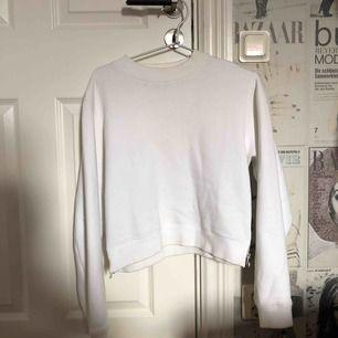 Vit sweatshirt från Acne Studios ca 2015. Storlek S men passar även M samt oversize på XS. Lite missfärgad runt halsen och en liten fläck i halsen Men kan eventuell blekas i tvätten. Nypris ca 1800.