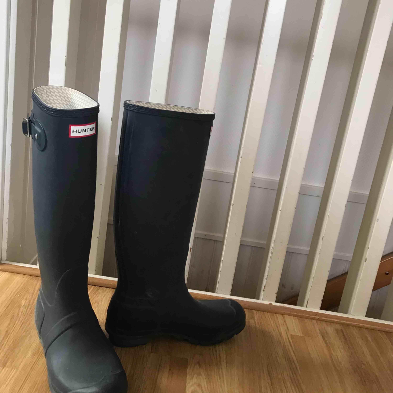 Snygga stövlar från Hunter, 100% äkta. Säljer då de aldrig kommer till användning, finns även ett par vita sockor att köpa till så hör av er för det! . Skor.