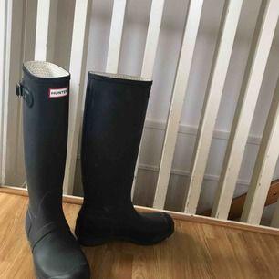 Snygga stövlar från Hunter, 100% äkta. Säljer då de aldrig kommer till användning, finns även ett par vita sockor att köpa till så hör av er för det!