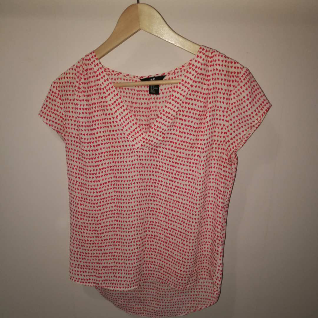 Skön tröja med små hjärtan från h&m köpt på second hand. Tröjan är relativt stor i storleken. Köpare står för frakt och betalar genom swish. 😊. T-shirts.