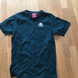 Knappt använd snygg tröja från Kappa, säljer den pågrund utav att den har blivit lite liten.