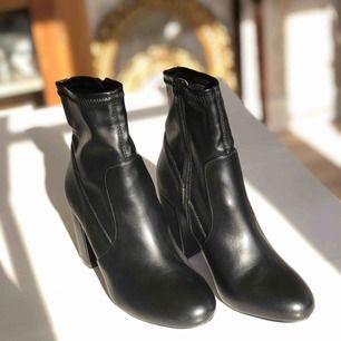 Köpt skorna på Nelly.com för 499:- och endast använt dem 1 gång pågrund av lite för hög klack för mig. 9 cm klack. Något liten i storleken.