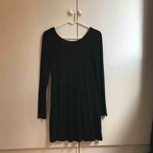 Svart långärmad klänning i tunt material, storlek S. Använd 1-2 gånger. Köparen står för frakt, kan mötas upp i Lund/Malmö.