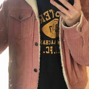 Supersnygg rosa Manchester jacka med gosig ull på insidan, perfekt på en kallare vårdag eller till hösten/sen sommaren!