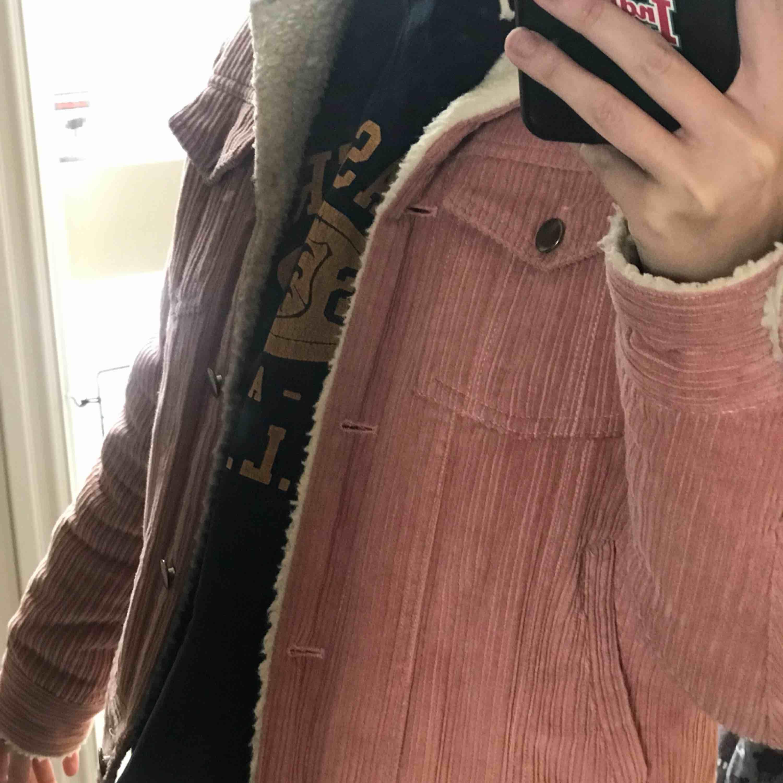 Supersnygg rosa Manchester jacka med gosig ull på insidan, perfekt på en kallare vårdag eller till hösten/sen sommaren! . Jackor.