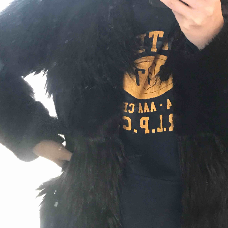 Super cool pälsjacka med lager! Den är varm och komfortabel samt mycket snygg! . Jackor.